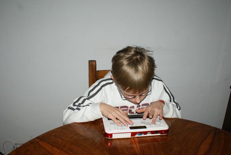 miki-pisze-na-notatniku.jpg