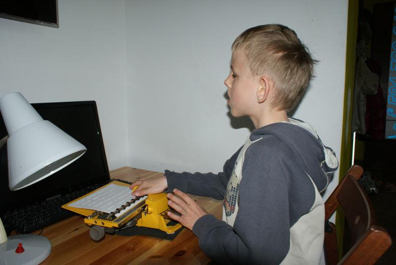 miki-przy-pracy-domowej-z-nauki-brajla.jpg